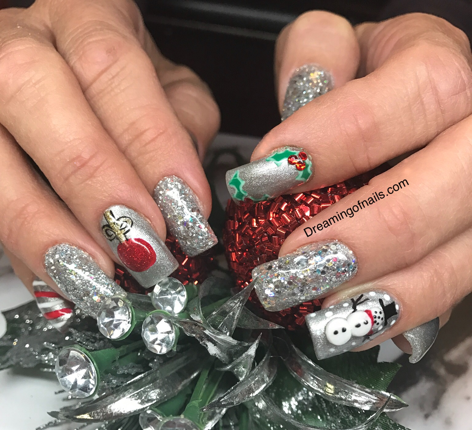 Christmas Nails With Glitter: 10 Must Have Christmas Nail Art Designs!