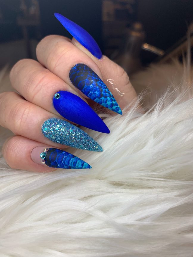 Blue and turquoise snakeskin nails
